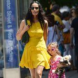 Schön knallig: Moderatorin Padma Lakshmi und ihre Tochter Krishna genießen den Muttertag in sommerlichen Kleider mit auffälligen Farben.