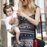Bislang designt Sienna Miller mit ihrem Label Twenty8Twelve nur Mode für Erwachsene. Wenn man sich die niedlichen Outfits von Töchterchen Marlowe so ansieht, wünscht man sich sehnlichst, dass ihre Mama bald auch stylishe Kindermode entwirft.