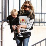 """Was für ein tolles Sneaker-Duo: Während Mama Fergie zu ihrem coolen Print-Sweater von Pam & Gela und Designer-Schal von Saint Laurent die """"Lunar Force 1""""-Sportschuhe von Nike trägt, hat ihr Söhnchen Axl kultige Chucks von Converse an seinen kleinen Füßchen."""