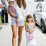 Modelmama Alessandra Ambrosio und ihre Kinder Noah und Anja lieben den lässigen California-Style. Mit Hut, bequemen Schuhen und trendigen Handtaschen sind sie in Los Angeles unterwegs.