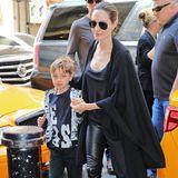 """Angelina Jolies jüngster Sohn Knox ist wirklich das Kind seiner Eltern und seinem Vater Brad Pitt wie aus dem Gesicht geschnitten. Für ihren Besuch des Musicals """"Hamilton"""" zeigt sich Angelina mit Lederhose und Woll-Cape ganz in ihrem elegant-lässigen Style, Knox hingegen bevorzugt noch die sportlich kindlichen Looks."""