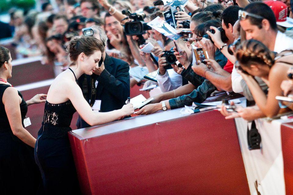 """Mia Wasikowska gibt bei ihrer Ankunft zur Filmpremiere von """"Tracks"""" fleißig Autogramme."""