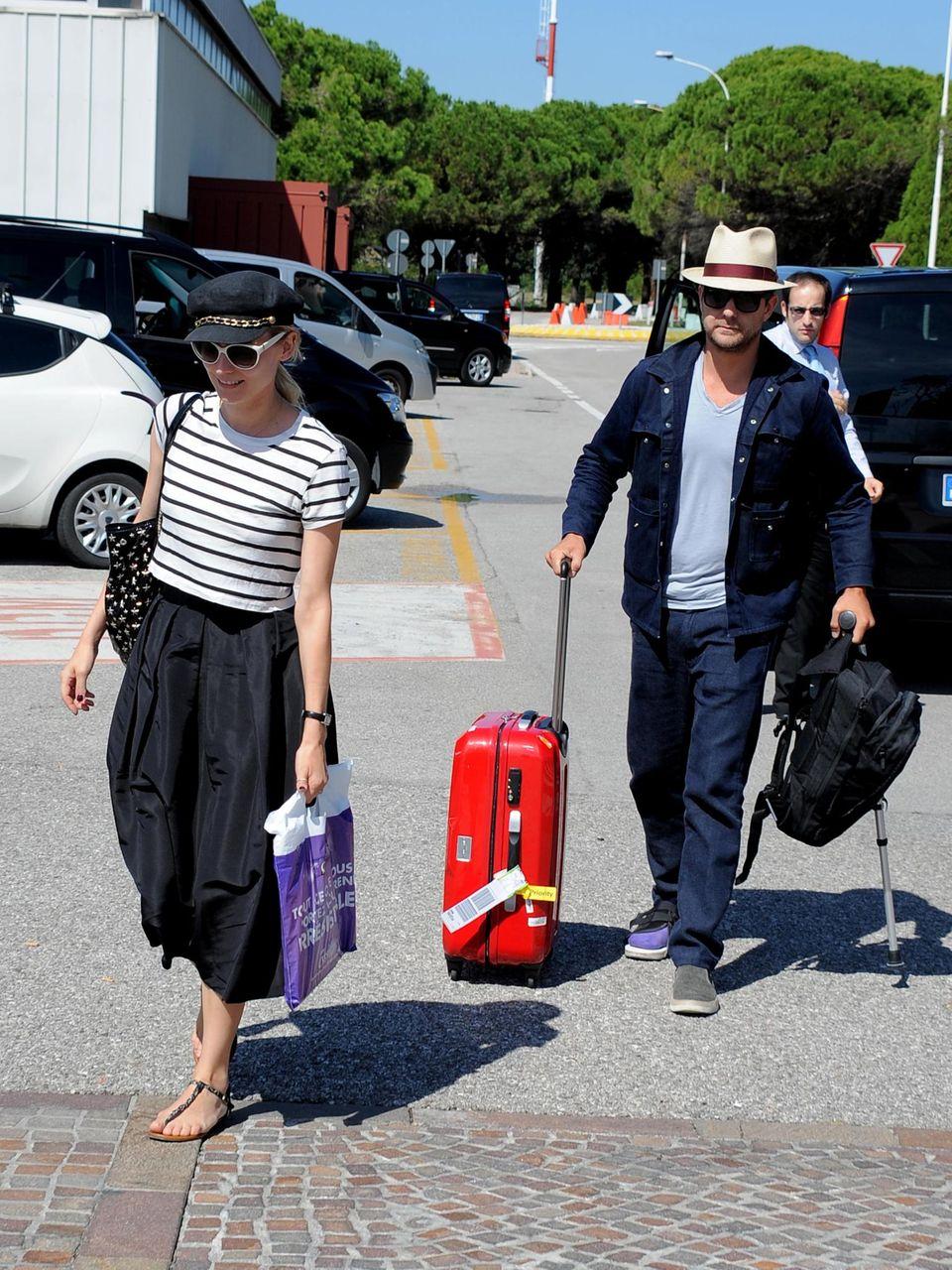 Diane Kruger und Joshua Jackson machen sich mit ihrem Gepäck auf den Weg ins Hotel.