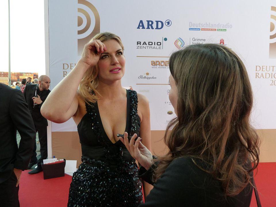 """Nina Bott freut sich vor allem auf die Moderatorin Barbara Schöneberger und verrät, dass ihr Radio immer voll aufgedreht ist: """"Musik muss man einfach laut hören!"""""""