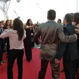 Auf dem roten Teppich bietet Bettina Zimmermann ihre Hilfe an, als gerade kein Fotograf zur Stelle ist.
