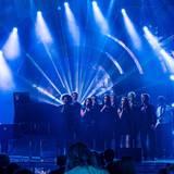 Jamie Cullum wagt ein Experiment: Er singt ein Medley seiner Hits gemeinsam mit einem Chor aus Fans, die sich über Radiosender dafür bewerben konnten. Am Tag des Auftritts hat er die Talente erst kennengelernt. Das Vertrauen des Briten lohnt sich, der Auftritt klingt fantastisch.