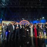 Am Ende der Show sind Laudatoren und Gewinner auf der Bühne vereint.