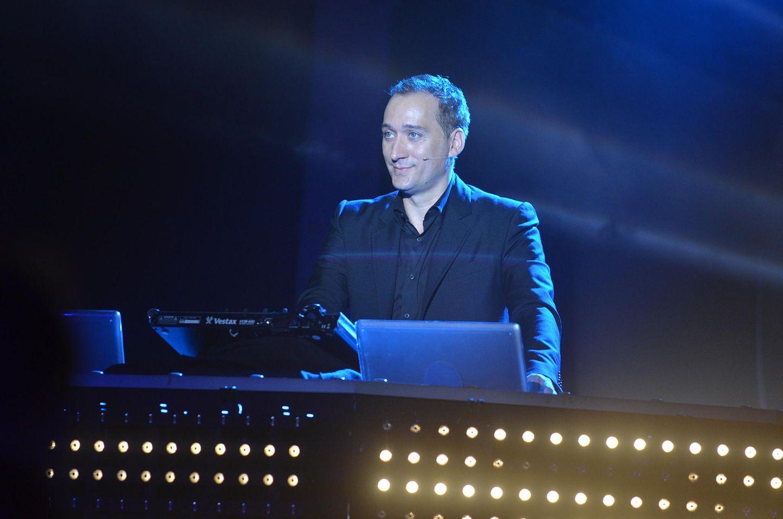 Schnell zwischen zwei Auftritten auf Mallorca und Ibiza macht Paul van Dyck einen Abstecher nach Hamburg. Er kreiert Soundcollagen zu den für ihn bewegendsten Radiomomenten und besten Momenten der Gala. Das alles unterlegt der DJ mit einem Beat.
