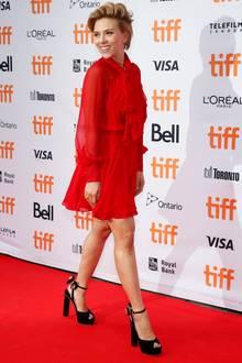 """Seitdem sie Mutter ist, schreitet Scarlett Johansson nur noch selten über den roten Teppich. Die Premiere ihres Animationsfilms """"Sing"""" beim Filmfestival in Toronto lässt sie sich aber nicht entgehen. Die Schauspielerin bezaubert in einem roten Minikleid aus Chiffon, zu dem sie schwarze Samtpumps kombiniert - eine gelungene Mischung aus zarter Verspieltheit und modischer Eleganz."""