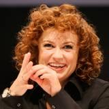 """Auch Ex-""""No Angel"""" Lucy Diakovska soll unter den Kandidaten sein. Für die 37-Jährige wäre es nicht der erste Einzug in den berühmten Container. Im vergangenen Jahr war sie bereits Kandidatin bei der bulgarischen VIP-Version. 47 Tage dauerte ihr damaliger Aufenthalt im Promiknast. Im deutschen Fernsehen sah man die Sängerin zuletzt 2012 als Jurorin der 10. Staffel von """"Popstars"""". Im selben Jahr versuchte sie ihr musikalisches Comeback mit einem Auftritt in der Talent-Gameshow """"The Winner is ..."""", bei der sie jedoch frühzeitig ausschied. Privat ist sie mit einer bulgarischen Sängerin liiert. Gemeinsam eröffneten sie vor einigen Monaten ein Café in ihrem Heimatland Bulgarien."""