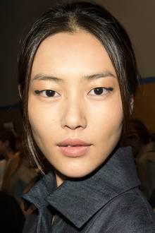 """Bezaubernd schaut Model Liu Wen aus: """"Estée Lauder Creative Makeup Director"""" Tom Pecheux hat das Runway-Make-up für die Show von Derek Lam kreiert. Und weil die beiden schon seit zehn Jahren perfekt zusammenarbeiten, gibt es ab Januar 2014 eine streng limitierte, elegante Derek-Lam-Clutch inklusive Estée-Lauder-Make-up."""