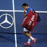 Geknickt verlässt Roger Federer den Platz, nachdem er gegen den Spanier Tommy Robredo verloren hat.
