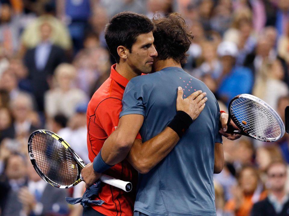 Der Weltranglistenerste Novak Djokovic gratuliert Nadal zu seinem Sieg.