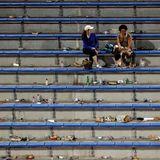 Nur noch zwei einsame Fans und jede Menge Müll sind auf den Rängen zu sehen.