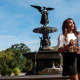 Serena Williams posiert mit ihrer Trophäe im New Yorker Central Park.