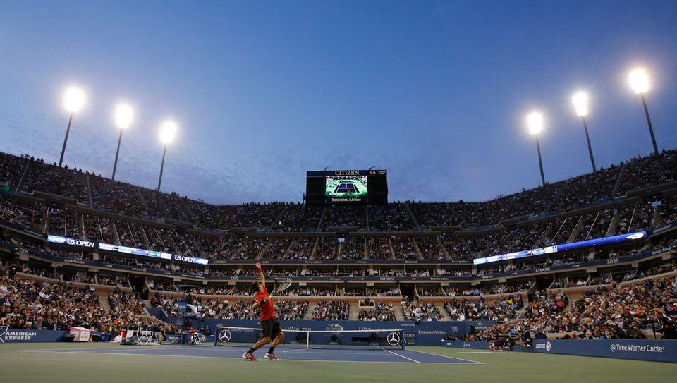 Novak Djokovic serviert zum Spielgewinn.