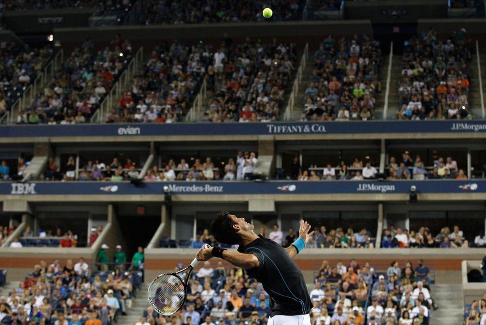 Serbiens Novak Djokovic steht gegen Joao Sousa aus Portugal auf dem Platz.