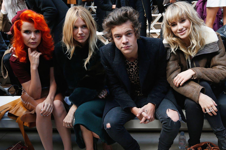 Paloma Faith, Sienna Miller, Harry Styles und Suki Waterhouse (v.l.) sehen sich an, was es bei Burberry Prorsum Neues gibt.
