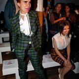 Paloma Faith und Anna Kendrick amüsieren sich bei Vivienne Westwood bestens.