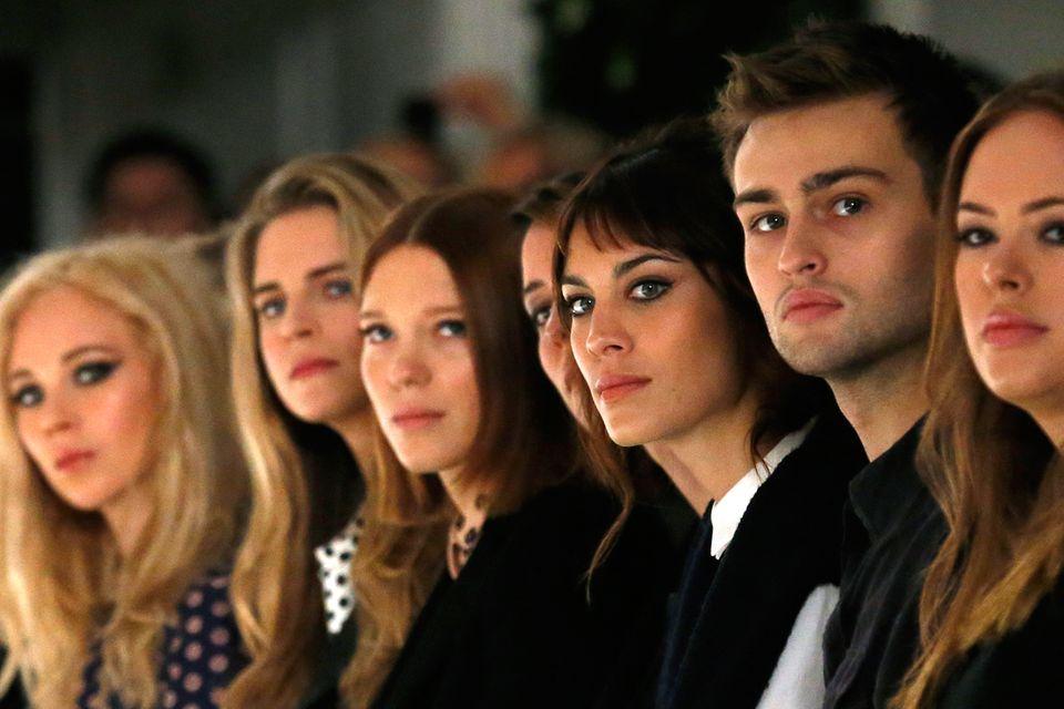 Konzentrierte Gesichter bei Mulberrry ; Juno Temple, Brit Marling, Lea Seydoux, Rebecca Hall, Alexa Chung und Douglas Booth (v.l.)