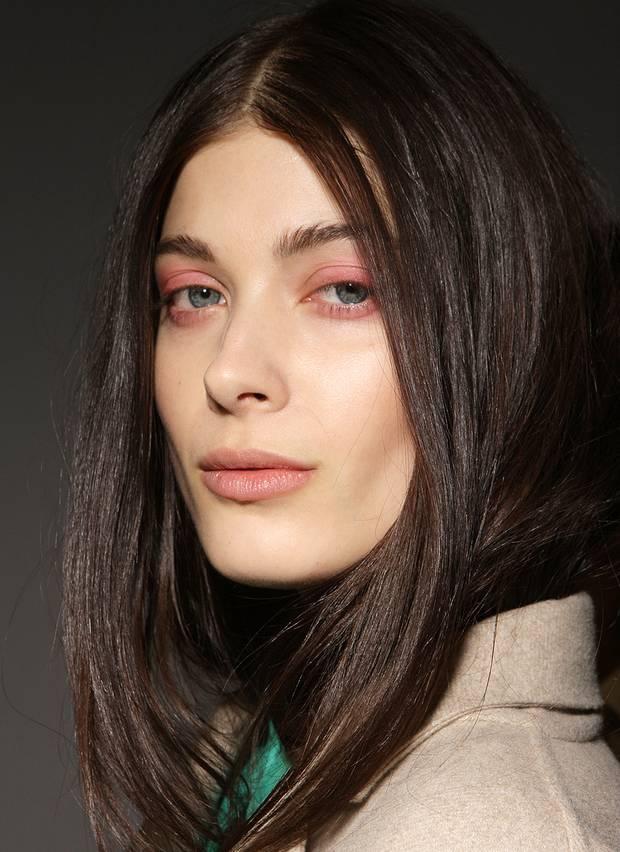 Zurückhaltend ist auch das Make-up bei der Show von Burberry Prorsum, lediglich rosafarbene Lidschatten ziert die Gesichter der Models.