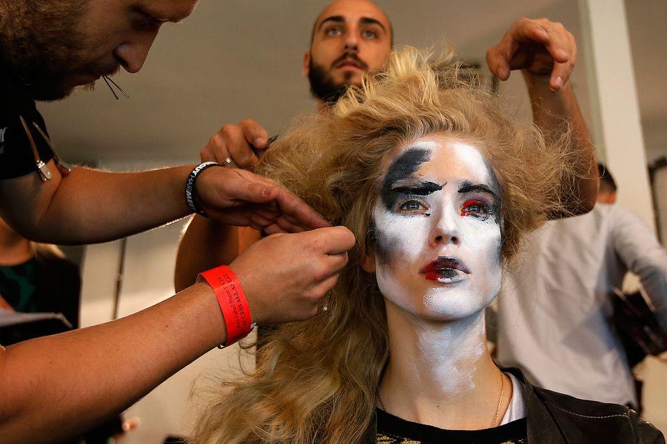 Zombieähnliche Styling-Kunstwerke werden im Backstage-Bereich von Vivienne Westwood kreiert.