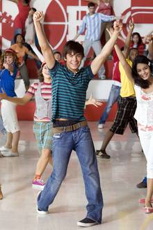 """Mit Zac Efron ist ein weiterer früherer Disney-Star im Entzug gelandet und abgestürzt. Dabei fing alles so harmlos an: Als süßer singender Schüler aus """"Highschool Musical"""" wurde Efron berühmt, er spielte in drei Kinofilmen den schüchternen """"Troy Bolton"""". Das Disney-Image als glatter Mädchenschwarm war ihm seitdem sicher, selbst nach der Trennung von seiner """"Highschool Musical""""-Kollegin Vanessa Hudgens schien Zac Efron auf dem Boden zu bleiben ..."""
