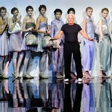 Designer Giorgio Armani wird für seine neue Kollektion gefeiert.