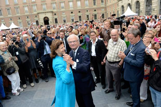 Der Jubilar lädt seine Frau zu einem Tänzchen auf dem Schlossplatz.