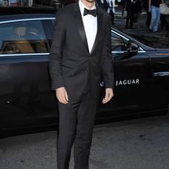 Männer haben's ja bei der Kleiderwahl etwas leichter, nur sollte der Anzug perfekt sitzen. Wie hier beim frisch erschlankten Dan Stevens.