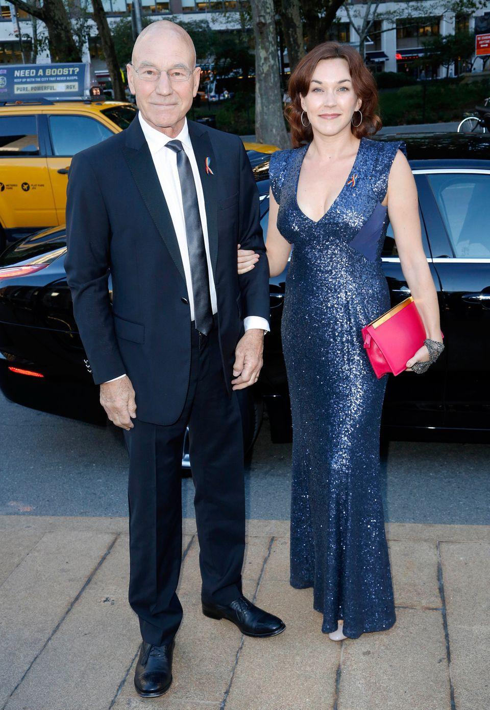 Blaue Stunde: Patrick Stewart und seine Frischvermählte, die Sängerin Sunny Ozell sind farblich im Partnerlook unterwegs