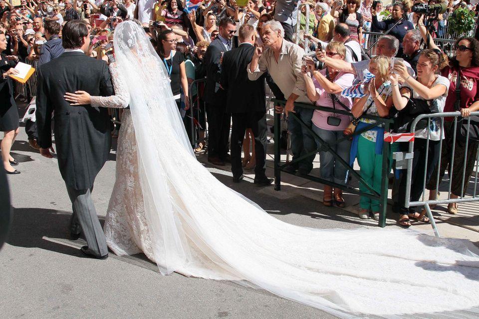 Ein Brautpaar zum Anfassen: Prinz Félix und Prinzessin Claire zeigen sich vor der Kirche noch einmal den Schaulustigen hinter den Absperrungen.