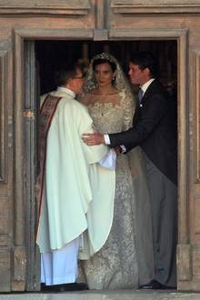 Kurz vor dem Verlassen der Kirche dankt das Brautpaar noch dem Erzbischof.