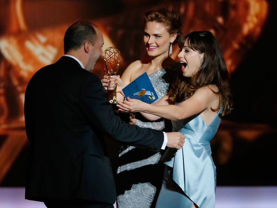 """Tony Hale bekommt für seine Rolle in """"Veep"""" den Emmy als """"Bester Nebendarsteller"""" von Emily Deschanel und Zooey Deschanel überreicht."""