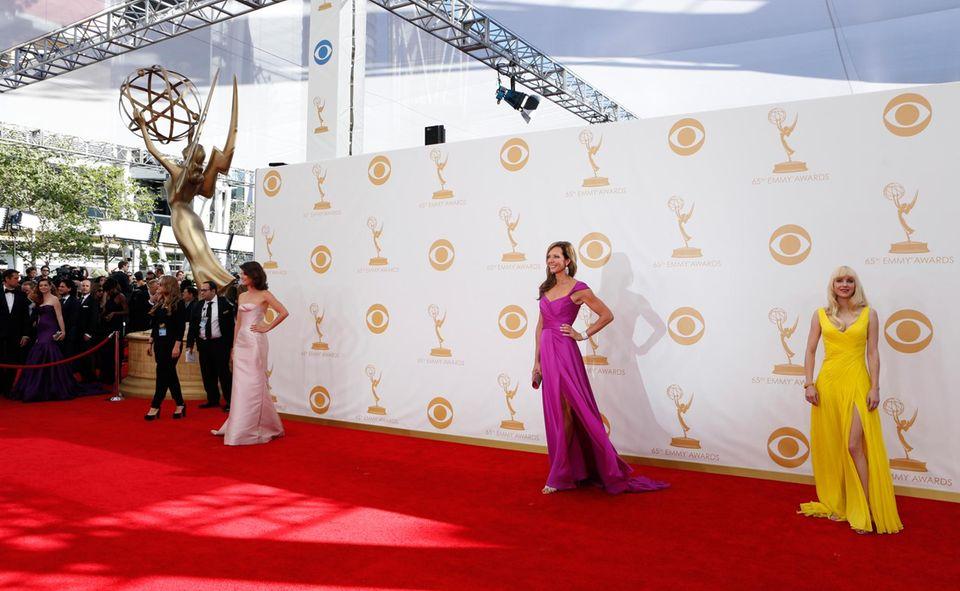 Cobie Smulders, Allison Janney und Anna Faris posieren auf dem roten Teppich.