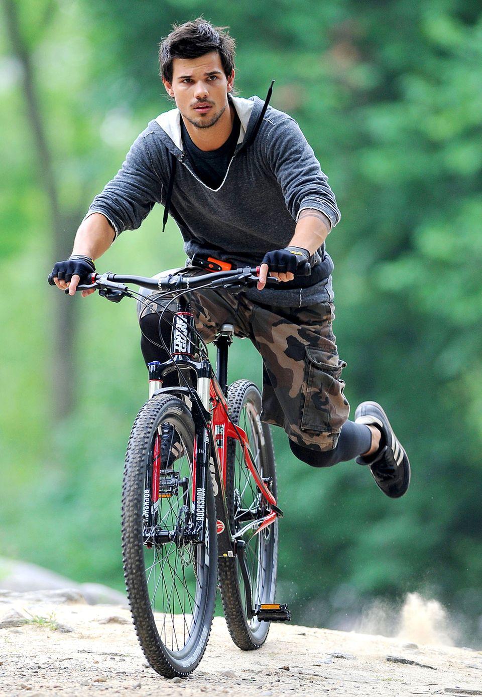 Auch was für Mountainbiker: Taylor Lautner trägt Camouflage-Short auf dem Rad.