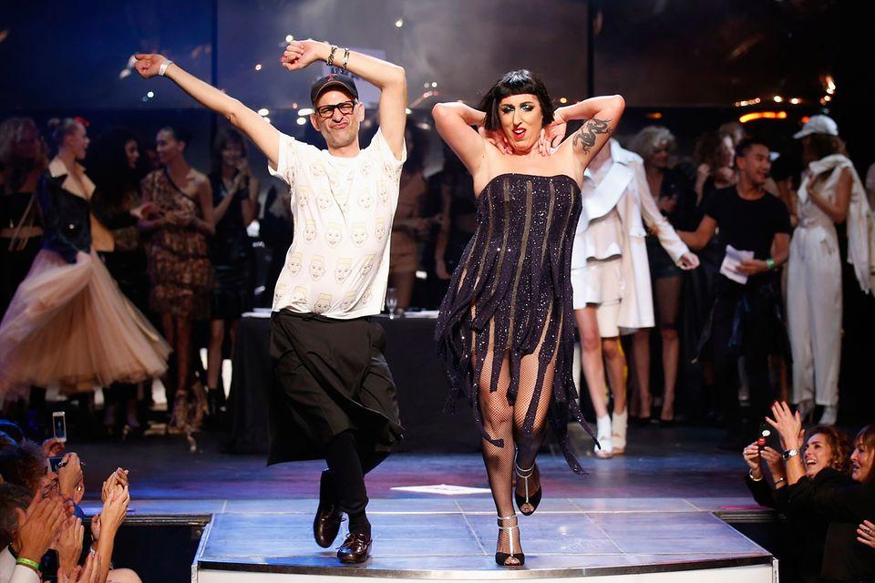 Rossy de Palma verbreitet für Jean-Paul Gaultier Cabaret-Stimmung.