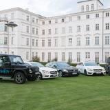 Die Geländewagen und Limousinen von Mercedes-Benz stehen für eine Spritztour bereit.