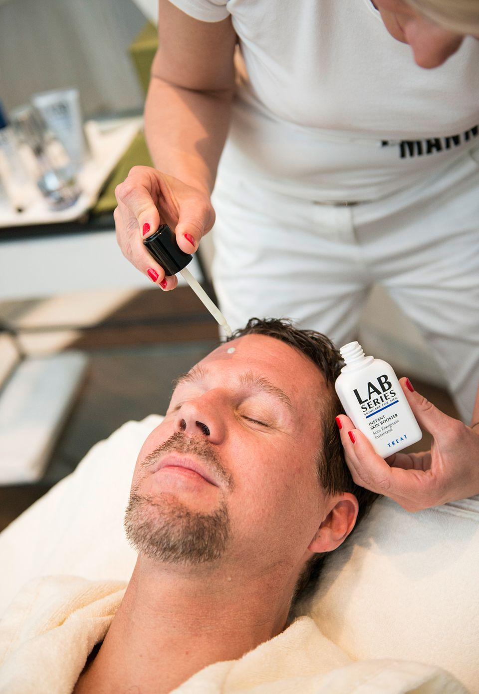 Thomas Heinze lässt sich bei einem LAB Series Facial verwöhnen. Powered by Mußler Beauty