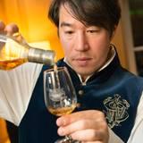 Flüssiges Gold: Heiko Tagawa schenkt Johnnie Walker ein.