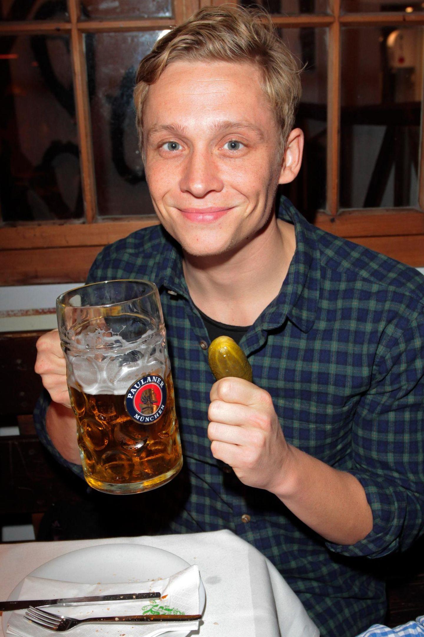 Matthias Schweighöfer lässt sich's im Festzelt Käfer's Wies'n Schänke schmecken.