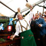 """""""O'zapft is"""": Traditionell eröffnet der Münchener Oberbürgermeister Christian Ude das Oktoberfest mit dem Fassbier-Anstich. Dieses Jahr ruft Ude zum letzten Mal """"O'zapft is"""", da der SPD-Mann 2014 nicht mehr für das Amt kandidieren wird."""