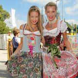 Alessandra Pocher und Giulia Siegel kommen aufgerüscht zur Sixt Damen-Wiesn im Hippodrom-Festzelt.