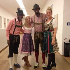 Fürs Oktoberfest hat sich Lauf-Ass Usain Bolt vom Outfit her den Bayern abgepasst. Nur die Sportschuhe will er nicht ausziehen. Vielleicht um ganz schnell weglaufen zu können, falls ihm auf der Wiesn zum Beispiel die Musik nicht gefällt.