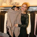 Nina Bott ist auf der Suche nach schönen Outfits im comma-Store schon ganz auf die kalte Jahreszeit eingestellt.