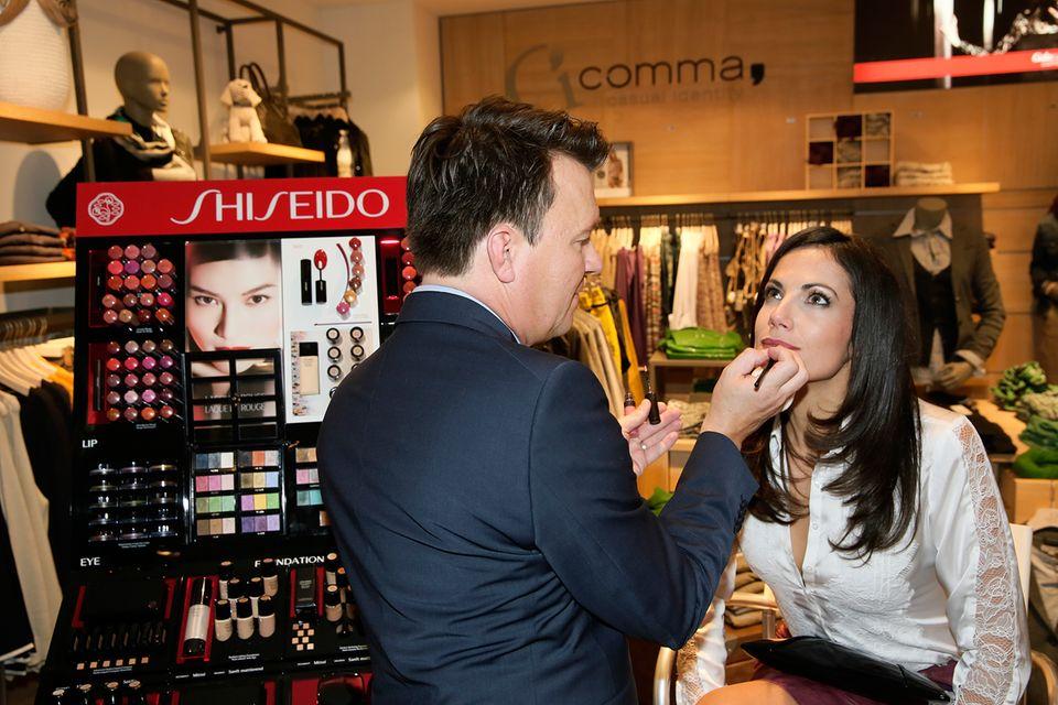Bettina Zimmermann lässt sich beim Brush-up von Shiseido noch etwas verschönern.