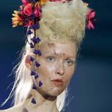Die Erfinderin der Punk-Mode Vivienne Westwood schickte ihre Models mit scheinbar schmutzverschmierten Gesichtern auf den Laufsteg. Ein toller Glow und sehr zarter, nudefarbener Lidschatten gehören dann aber doch dazu.