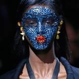 Maskenhaftes, kunstvolles Make-up mit etlichen Pailletten und Statement-Schmuck hat sich Riccardo Tisci für seine Givenchy-Show überlegt.