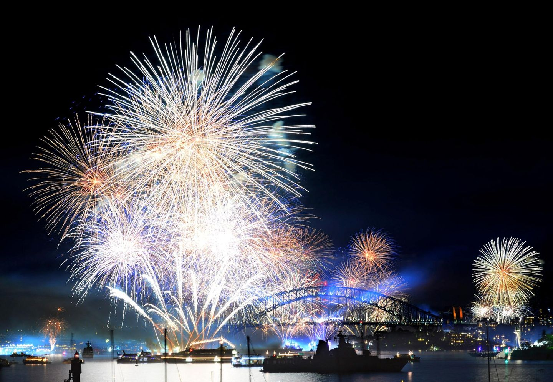 Krönender Abschluss: Die Kriegsschiffparade endet am Abend mit einem Feuwerk.