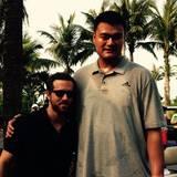 Neben dem 2,29 m großen Basketballspieler Yao Ming, sieht Ryan Reynolds mit seinen 1,88 m aus wie ein Kind.